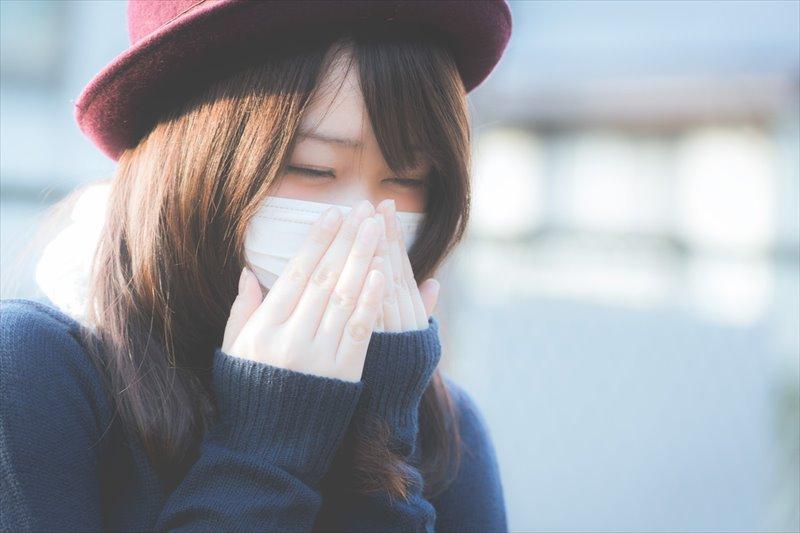 花粉症対策 マスクで対策する女性