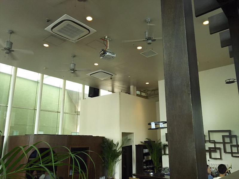 ジンジャーズビーチ横浜 店内 高い天井