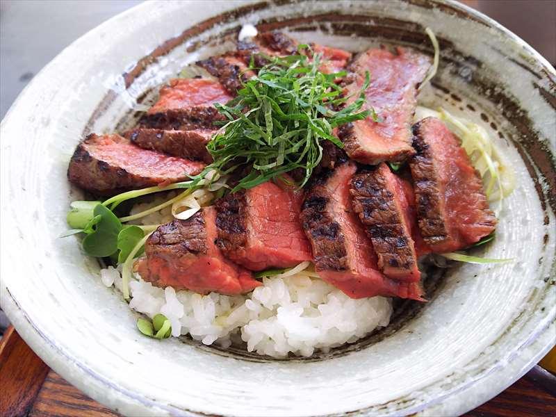 アライヤネストのステーキ丼