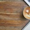 表のカスタマイズ テーブルの上のコーヒー
