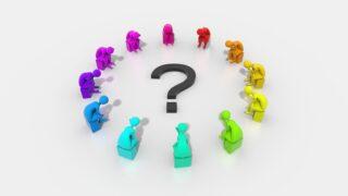 疑問符を囲む考える人のイメージ