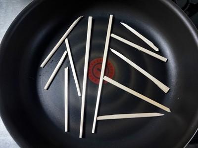 うなぎの蒸し 割り箸を敷く