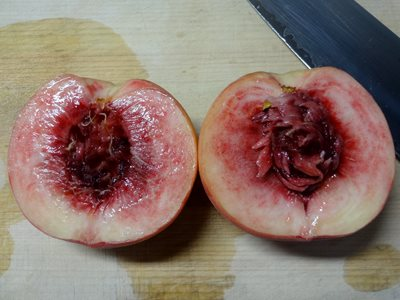 桃の剥き方 半分に開いた様子