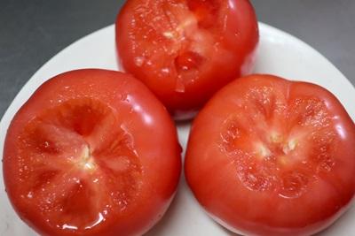 ヘタをとったトマト